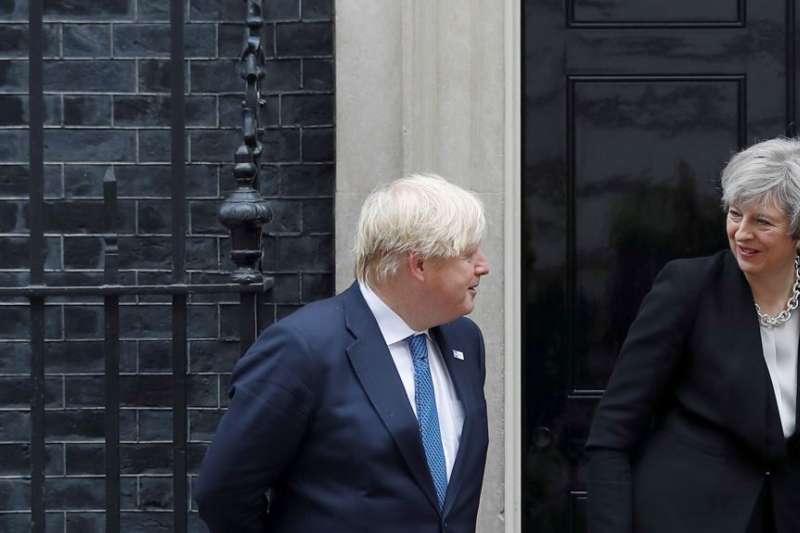 英國首相梅伊和外交大臣強森(美國之音)