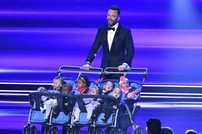 2017年1月18日在洛杉磯微軟劇院舉行的人民選擇獎頒獎典禮上,主持人喬爾·麥克海爾(Joel McHale)推著嬰兒們登台講話。(美國之音)