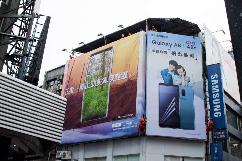 20180130-綠色和平組織於三星西門直營門市外掛起巨幅布條,要求三星承諾能源轉型並使用再生能源。(陳煜攝)