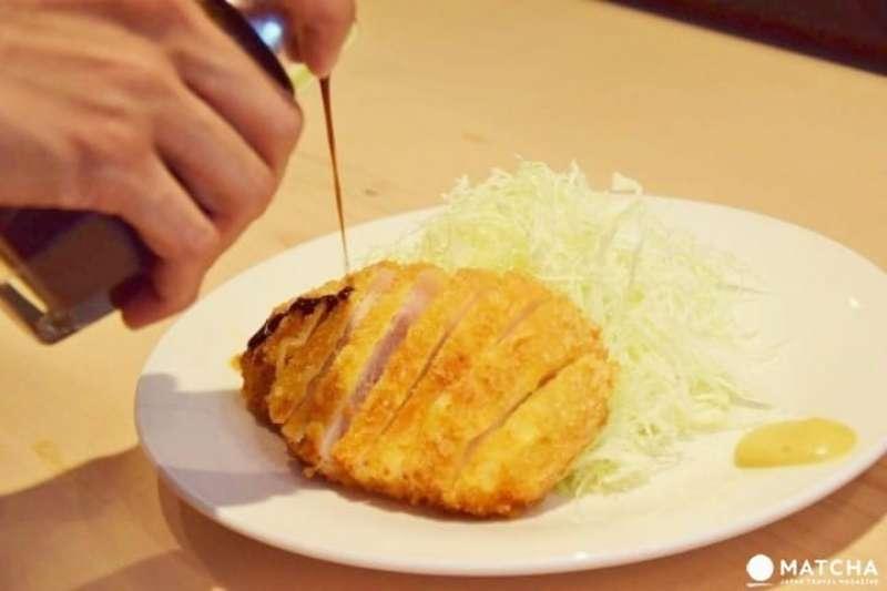 英國辣醬油(伍斯特醬)在日本料理中,是一種非常常見的液態調味料。(圖/matcha)