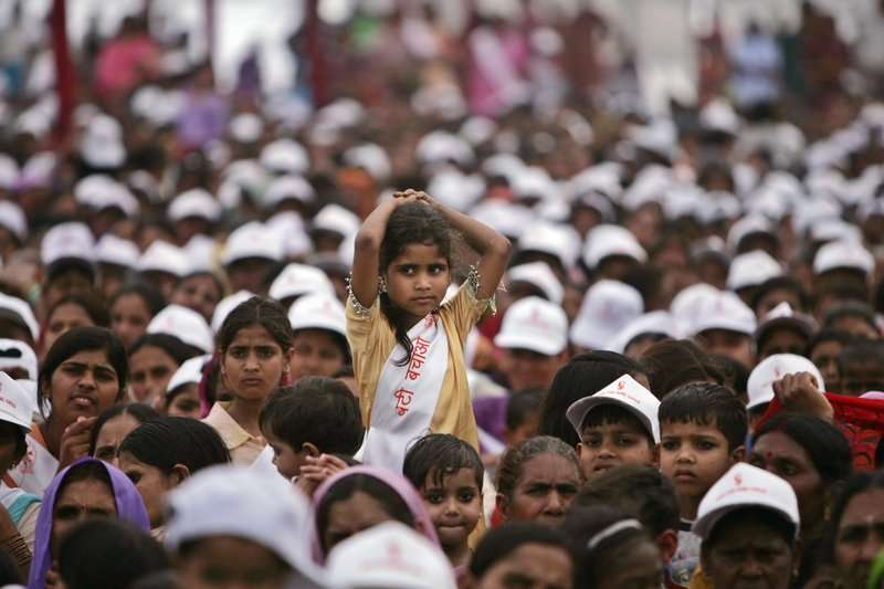 印度重男輕女問題嚴重。2006年,印度民眾上街抗議女嬰遭父母狠心殘殺。(美聯社)