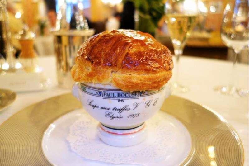 牛排店都會有的酥皮濃湯,其實源自一道非常經典的法式料理,而這道菜的發明竟來自一場關於法國總統的玩笑話。(圖/Paul Bocuse臉書粉專)
