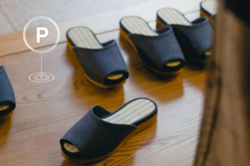 不論是拖鞋、遙控器,還是坐墊、桌子都能憑一鍵自動歸位!讓人體驗高科技帶來的極致住宿服務。(圖/翻攝自youtube)