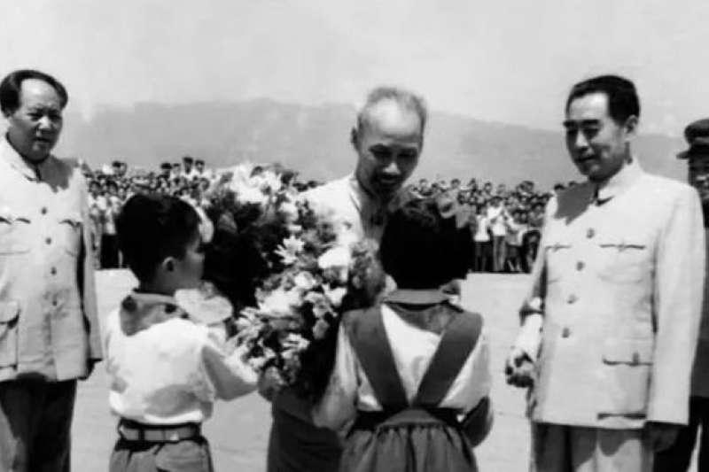 中國領導人表示中國是越南「可靠的,值得信賴的大後方」。毛澤東(左),周恩來(右二)和彭德懷(右)迎接來訪的越南領導人胡志明(左二)