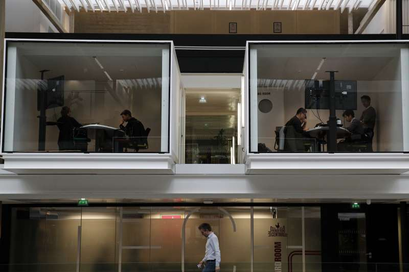 「Station F」內,人們在貨櫃改建成的會議室內開會(AP)