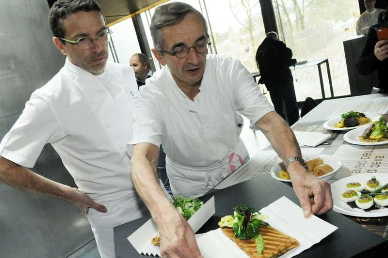 塞巴斯蒂安·布拉斯(左)在十年前從父親(右)那裏繼承了這家著名的餐廳。(BBC中文網)
