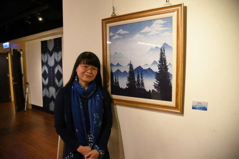 湯文君的藍染作品「望山」,將藍染化為一幅水彩山水畫,須經過7道工序,花費7個工作天才能完成,是台灣少見的技法。(圖/南投縣政府提供)