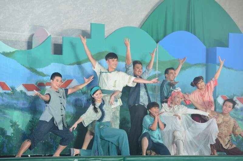 紙風車劇團最新推出的客家兒童音樂劇《桐花島的故事》,將於2月4日下午3點半於信義區永春國小演出,完全對外開放,免費入場,(紙風車劇團提供)