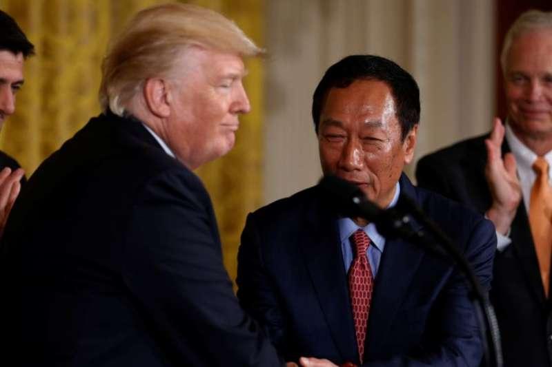 美國總統川普在白宮歡迎台灣電子設備製造商鴻海富士康科技集團領導人郭台銘(2017年7月26日)。富士康計劃在美國威斯康辛州開設價值100億美元的液晶面板廠,當時預計此舉將帶來成千上萬就業機會。(美國之音)