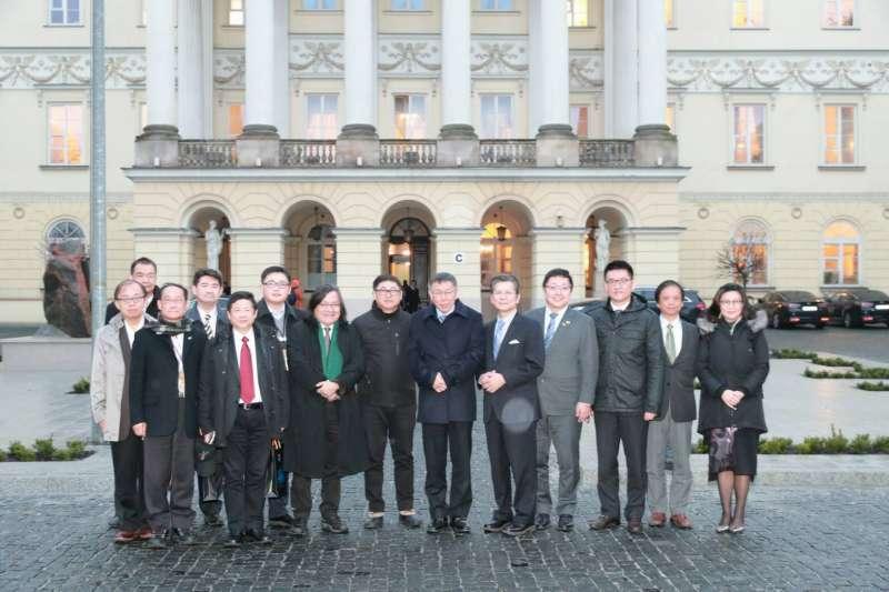 柯文哲率領市府團隊前往波蘭首都華沙,柯文哲表示,華沙市長最大的特色,就是笑容滿面,舉止優雅、非常有親和力。(台北市政府提供)
