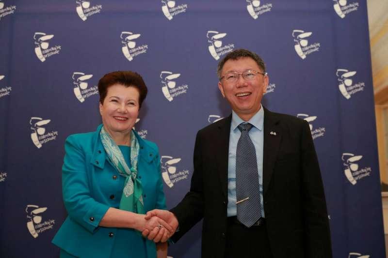 台北市長柯文哲2日拜會波蘭首都華沙,在當地受到市長葛羅喬維茲華茨(左)的熱烈歡迎,這也是台北23年前與華沙締結姐妹市以來,縣市首長首度訪問華沙。(台北市政府提供)