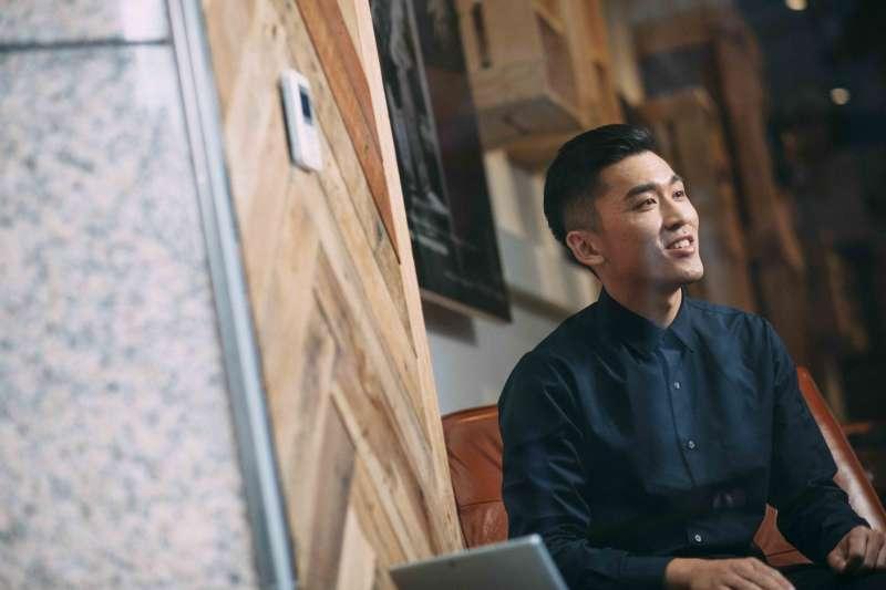 鍾孟修還不到30歲,是個名符其實的斜槓青年,憑藉多元專業,為自己創造跨越不同身分的多職人生。