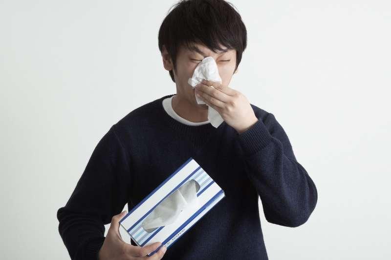 你也是早上起來狂噴涕、流鼻水,吃藥都沒用嗎?中醫師提供實用小撇步,緩解鼻過敏。(圖/pakutaso)