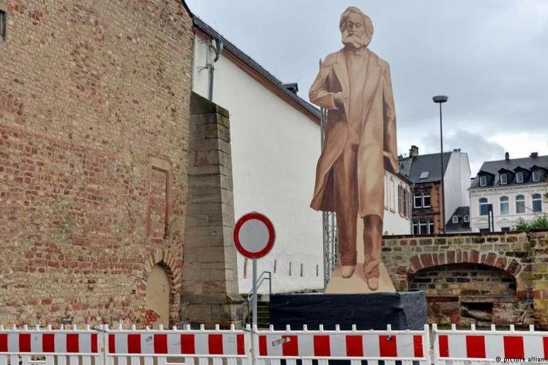 中國贈送德國的馬克思雕像即將安放在主教城市特里爾,引發抗議。(德國之聲)