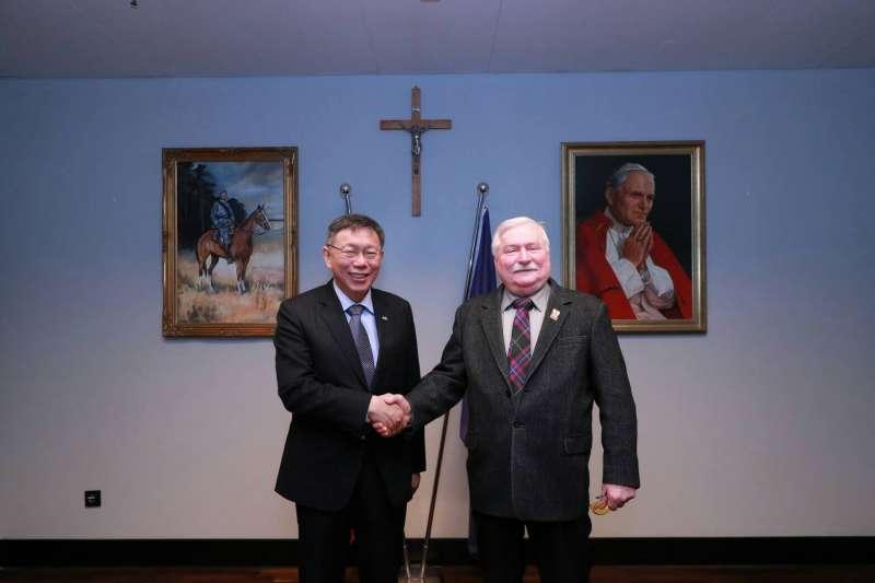 台北市長柯文哲歐洲訪問團一行人於台灣時間2月2日傍晚拜訪波蘭前總統華勒沙。(台北市政府提供)