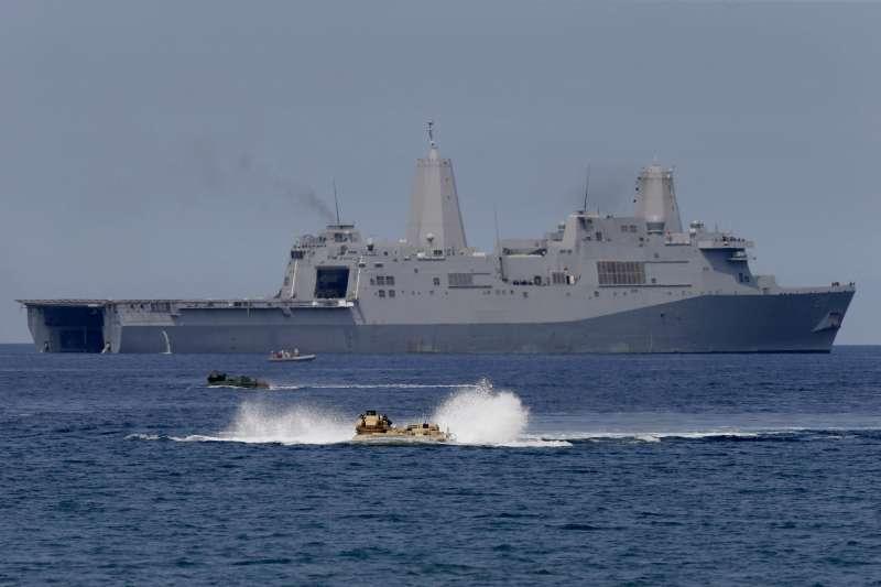 2015年4月,美國與菲律賓兩棲艦艇在南海黃岩島附近進行演習,劍指中國。(AP)