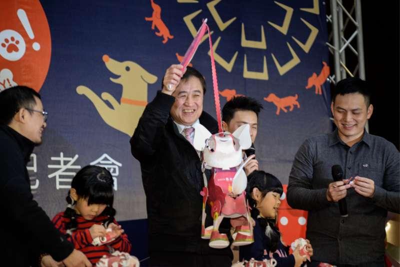 20180202-「台北燈節首發小提燈」記者會,台北市副市長陳景峻提起提燈。(甘岱民攝)