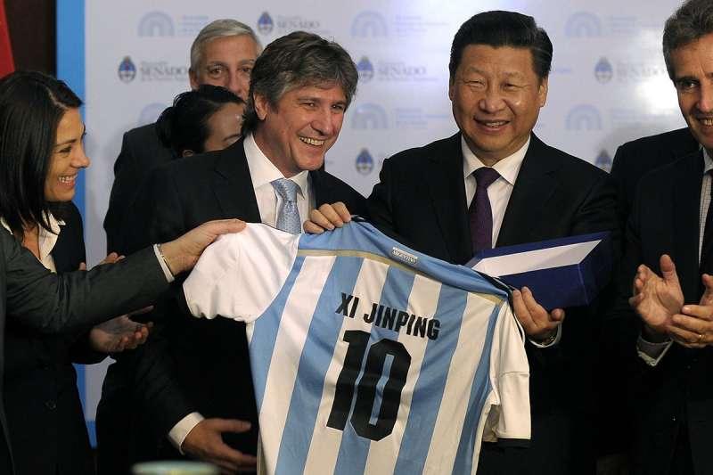 中國國家主席習近平2014年在阿根廷進行國是訪問,會見副總統布杜,布杜贈送阿根廷國家足球隊10號球衣。(新華社)