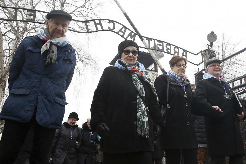 納粹大屠殺倖存者在國際猶太大屠殺紀念日造訪位於波蘭的奧斯威辛集中營參加紀念活動(AP)