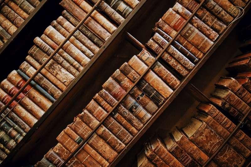 造紙術的普及,是人類知識傳播大爆發的必要因素。《紙的大歷史》(圖/  Roman Kraft@Unsplash)