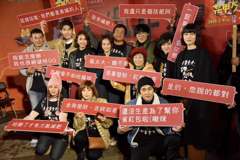 《花甲大人轉男孩》劇組到台北年貨大街體驗拜年貼圖產生器。(台北市商業處提供)