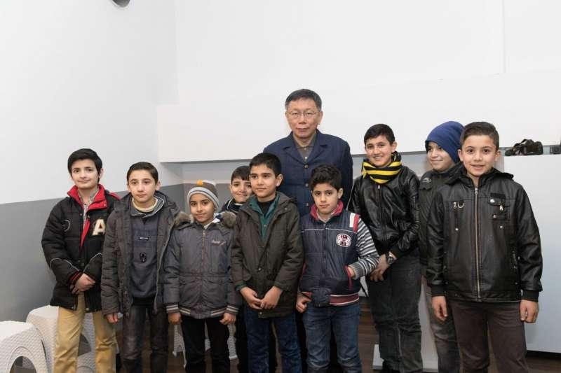 台北市長柯文哲前往土耳其,參訪我國NGO成立的敘利亞難民中小學。(台北市政府提供)