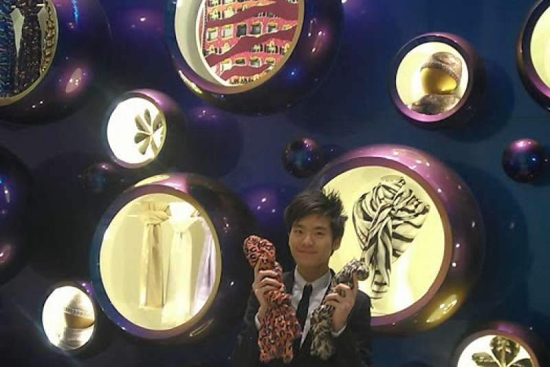 現在新加坡工作的凃冠葦,曾在英國LV擔任行銷公關