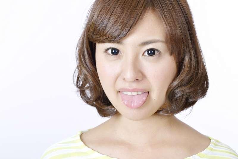 舌頭長痣是因爲外傷積血、或是局部靜脈曲張所致,但也不排除有黑色素瘤的可能性。(示意圖/photoAC)