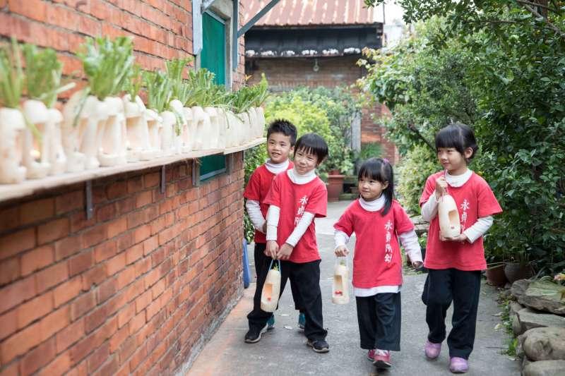 小朋友在「蘆竹湳」古厝提蘿蔔燈。(圖/蘆竹湳好采頭藝術季提供)