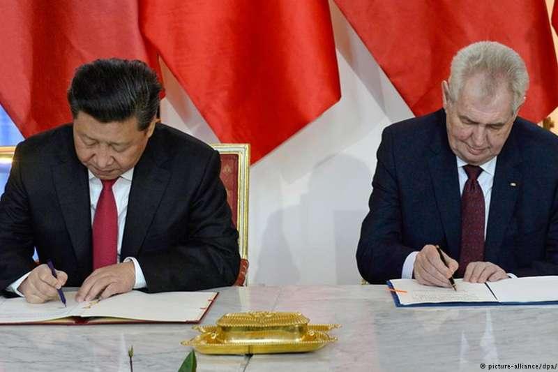 2016年,習近平與澤曼在布拉格簽署戰略合作夥伴協議。(德國之聲)