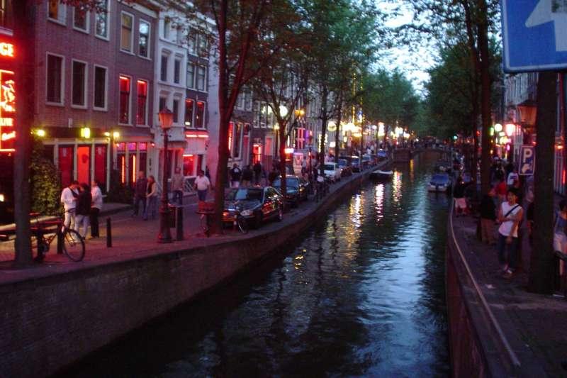 阿姆斯特丹市政府將管制紅燈區觀光行為,4月起,5人以上旅行團申請才能進入,且需行為良好,包括禁止喧嘩和遵守拍照規定,導遊還須告知團員停留時需背對櫥窗女郎。(圖/Wikipedia)