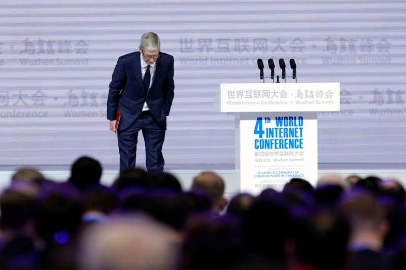 蘋果公司首席執行官庫克在中國浙江烏鎮參加第四屆世界互聯網大會開幕式。(美國之音)