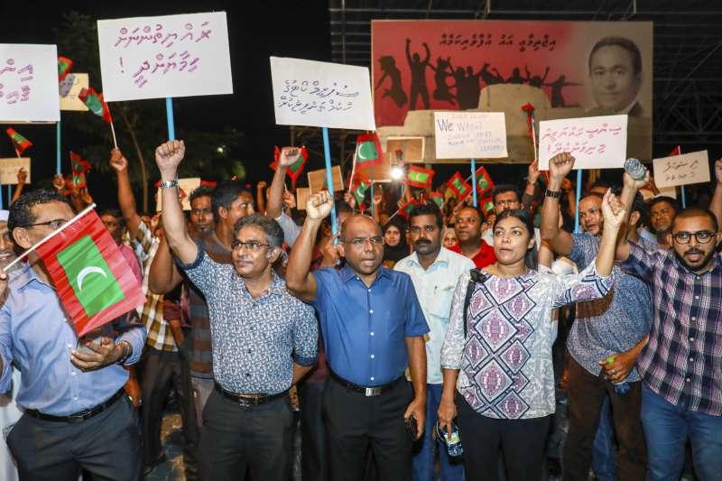 2月4日,馬爾地夫民眾走上首都馬利街頭,要求政府執行最高法院的判決,釋放前總統納希德在內的9名政治犯(AP)