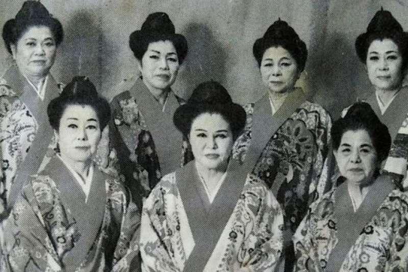 具志堅用高(第二排,最右)移民巴西後還是堅持跳傳統的日本舞蹈。(BBC中文網)