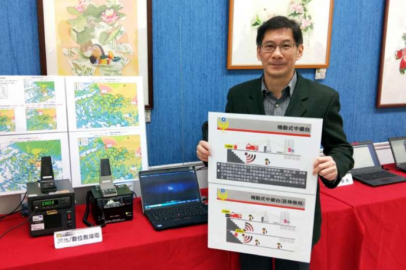 消防局無線電通訊數位化,局長陳龍輝說明各項建置分四年完成。(圖/張毅攝)