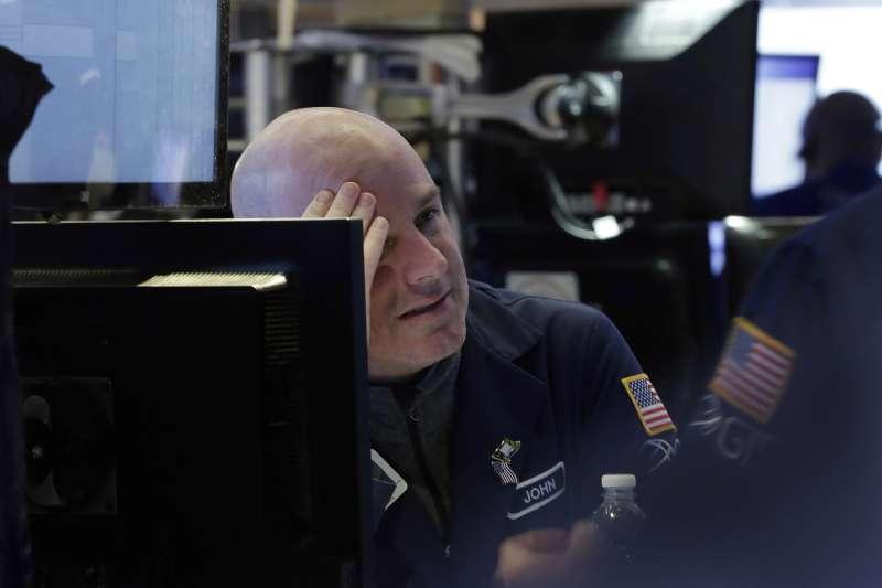 美股連日大跌,紐約證交所內一片愁雲慘霧。(美聯社)