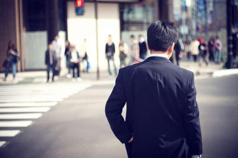 光靠認命工作很難存活,這一代的年輕人,在高壓環境中必須找到自己的因應方式...(示意圖非本人/Hiroyuki Takeda@flickr)