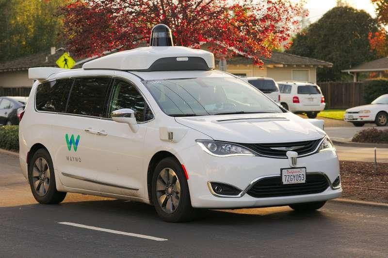 從媒體上的資訊來看,Waymo的無人計程車隊服務,幾乎可以說是目前市面上最快可以達到大規模商用的,不過最近卻有鳳凰城當地的居民私下抱怨,Waymo運作問題連連,造成日常交通相當大的不便,甚至有居民直呼:「我氣得想殺人!」(美聯社)