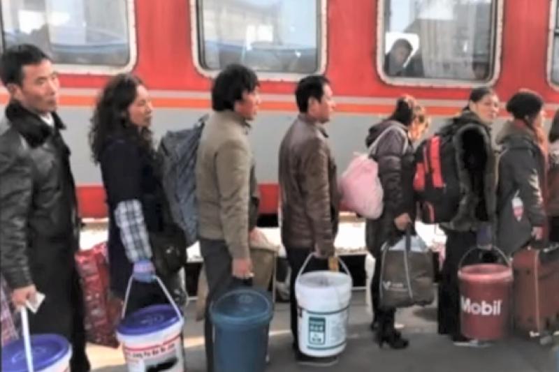 為何中國的「春運神器」竟然是空的油漆桶?人手一個、拿回老家還超有面子。(圖/取自youtube)