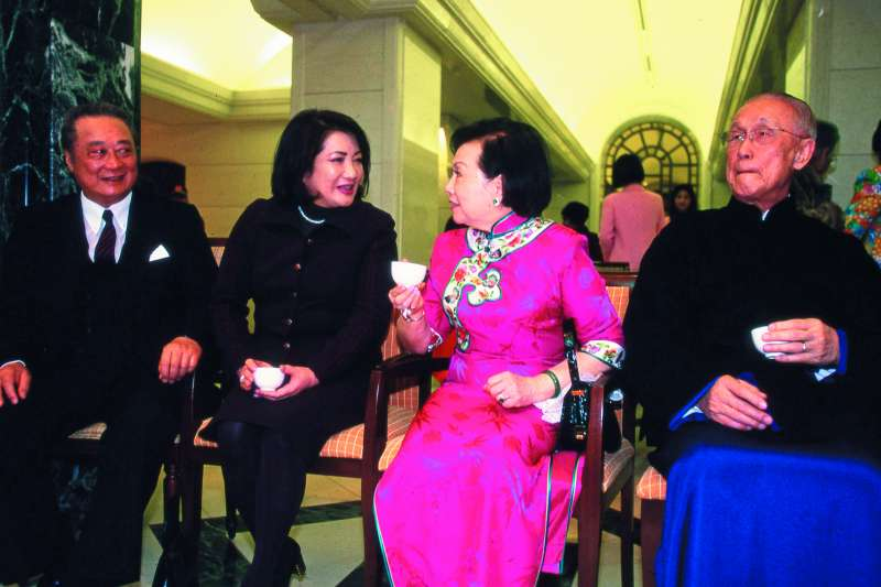 辜振甫(右一)和他的姪子辜濂松(左一)後徹底分家,分掌產業和金融。(新新聞資料照)