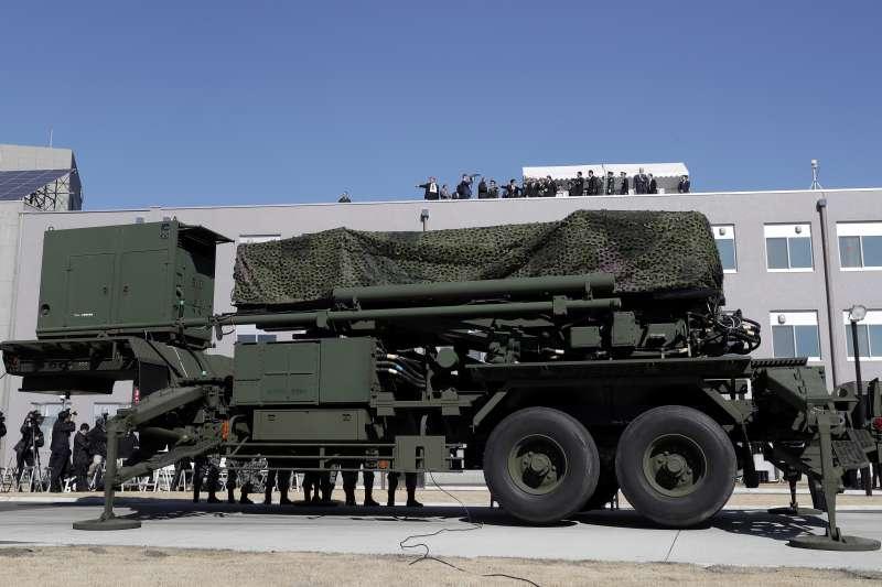 日本防衛大臣小野寺五典與美國副總統彭斯一同視察自衛隊的愛國者飛彈陣地。(美聯社)