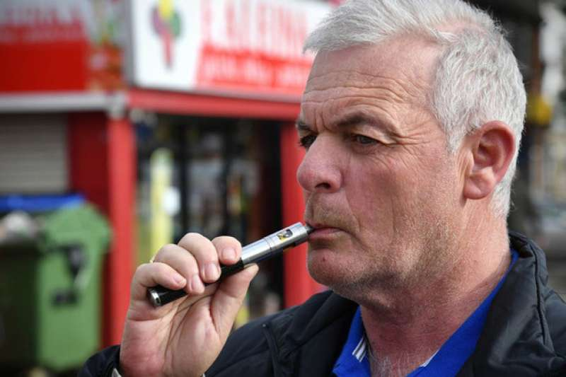 英格蘭公共衛生局研究指出,電子煙危害遠低於傳統紙菸,且有助於癮君子戒菸(PHE)
