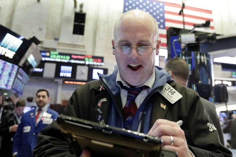 美股6日稍見起色,紐約交易所裡的氣氛也一掃日前的憂鬱肅殺。(美聯社)