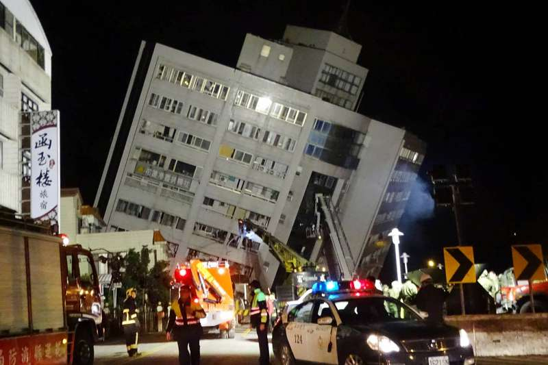 2018年2月6日,花蓮地震災情慘重,圖為雲門翠堤大樓(雲翠大樓)。(AP)