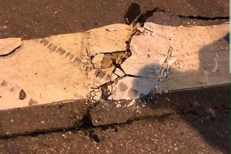 花蓮地震,路面都有裂痕。(網友提供)