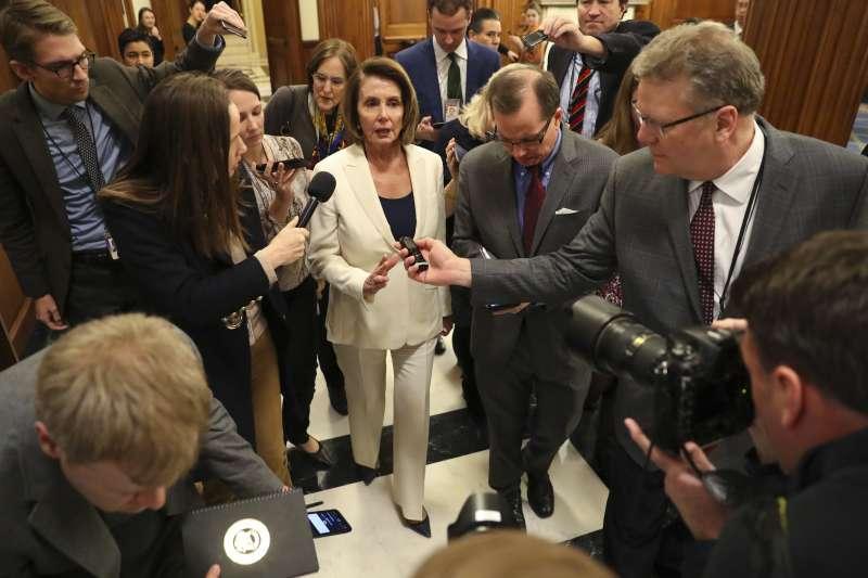 美國聯邦眾議院民主黨領袖裴洛西7日腳蹬10公分高跟鞋,在眾議院連續演講逾8小時(美聯社)