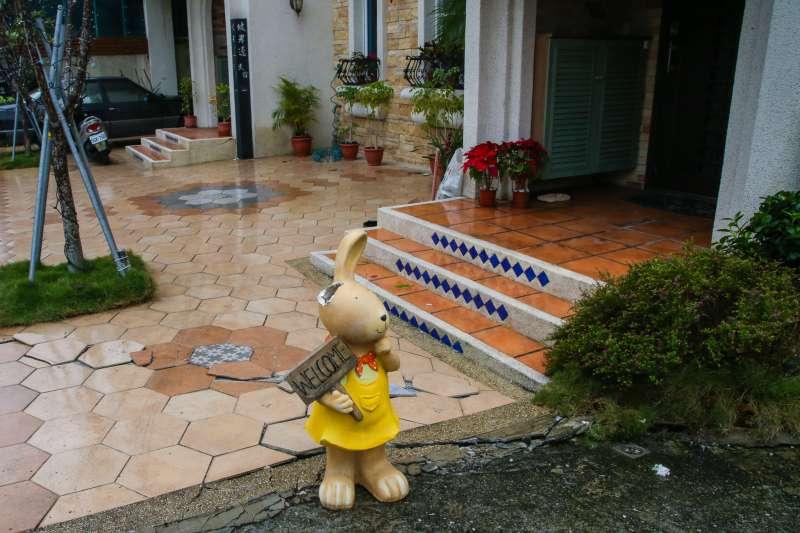 20180207-花蓮,震後影響即景,0206花蓮地震 ,年節,觀光,住宿,地方特產,交通。接近災區的民宿,只是  路面破裂,但生意大受影響,門外斷耳的迎賓兔孤立著。(陳明仁攝)