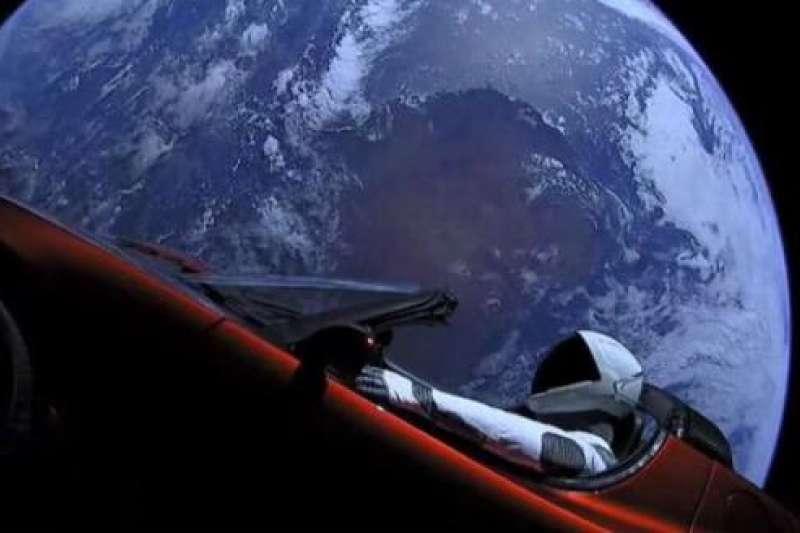 特斯拉CEO馬斯克對於他的太空夢很執著,昨日終於完成大膽壯舉,成功將一輛紅色跑車送上外太空!(圖/澎湃新聞提供)