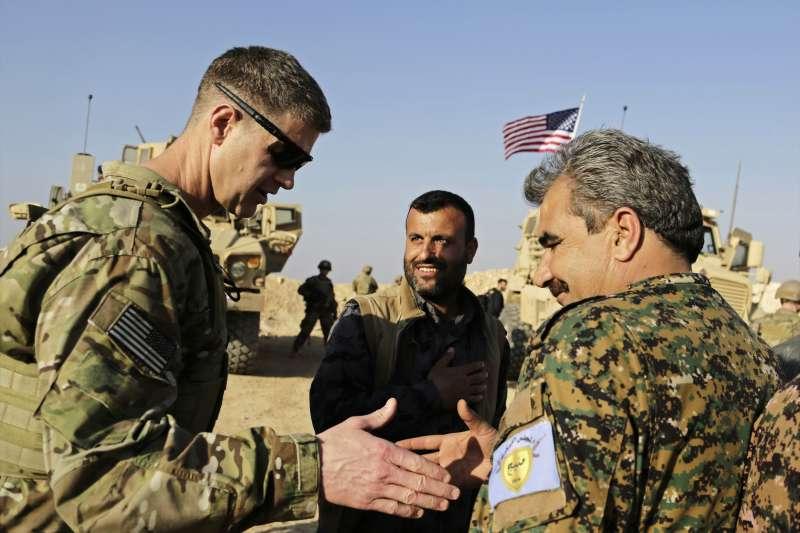 美國打擊伊斯蘭國聯軍司令賈拉德少將(左)感謝曼比吉軍事委員會司令阿戴爾(AP)
