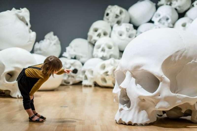 澳洲墨爾本維多利亞國家美術館盛大舉行三年展,其中藝術家Ron Mueck的作品非常吸睛,以毛骨悚然的超真實骷髏為展品。(圖/維多利亞國家美術館提供)